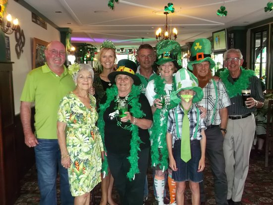 Snells Beach, Nieuw-Zeeland: St Patricks Day at the Salty Dog Pub celebrating my Birthday...so much fun