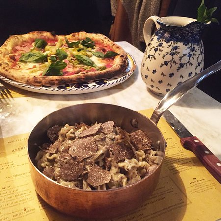 Pâtes à la truffe et pizza à l'artichaut