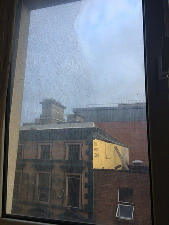 Grafton Capital Hotel: Look at the state of this filthy window!