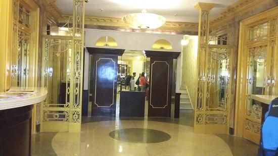 Imperial Court Hotel: Entrée de l'hôtel
