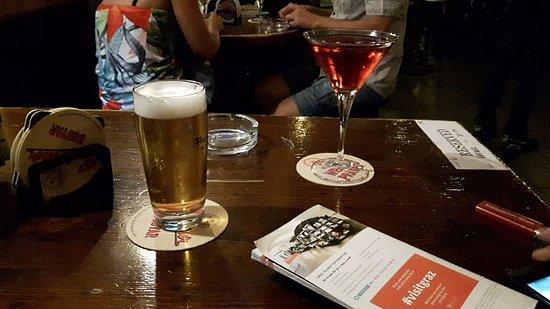Flann O'Brien Original Irish Pub: Biere du mois + cosmopolitan