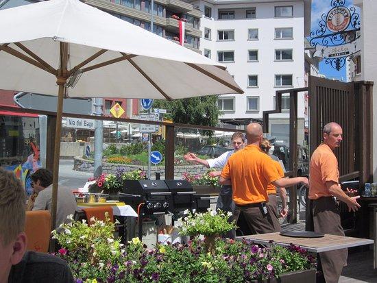 Hotel Schweizerhof: Terras / restaurant