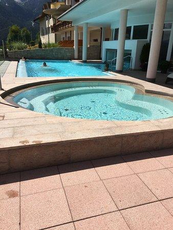 Baerenhotel: Sprudelbad 30`C und Pool mit Verbindung zum Innenpool