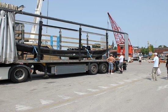 Nybro, Suecia: Resan med Gondolen började redan i Venedig då vi lastade vid hamnen.