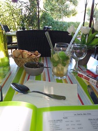 La Bastidonne, France: L'apéritif Mojito (comme à Cuba je le confirme BRAVO) et tapenade en quantité est excellente!