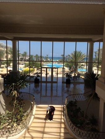 Royal Thalassa Monastir: Вход в отель. Вид с рецепшн.