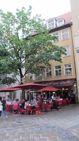Andechser am Dom: Вид ресторана со стороны собора.