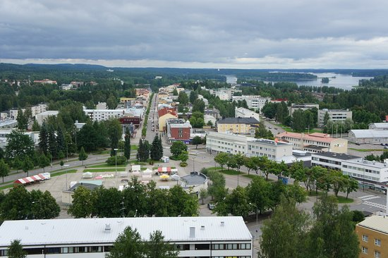 Varkaus, Finlandia: вид сверху на круглую площадь, ближняя к зданию зона - бесплатная парковка