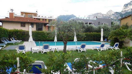 Hotel Holiday: Pool und Garten