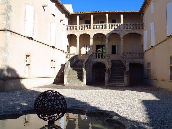 Jonquieres, France : Facciata sulla corte