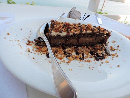 Cyclades Restaurant: η ξακουστή τουρτα αμυγδαλου