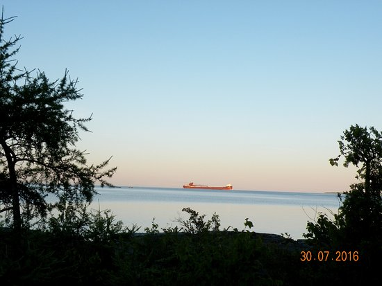 Meldrum Bay, Canadá: A freighter arrives shortly after daybreak.