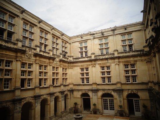 Suze-la-Rousse, France : Cour intérieure du château .