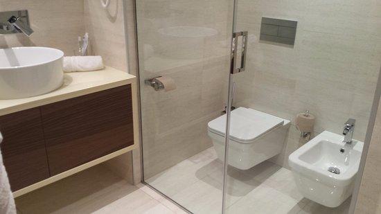 Strana idea quella di separare wc e bidet dal resto del bagno tramite una porta a vetri foto - Bagno con wc separato ...