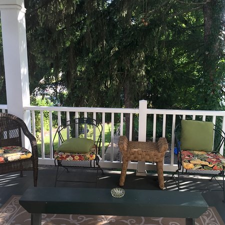 Thomas Shepherd Inn: The back porch