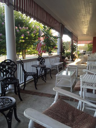 Spring Lake Inn: 80' Front Porch - it is amazing!