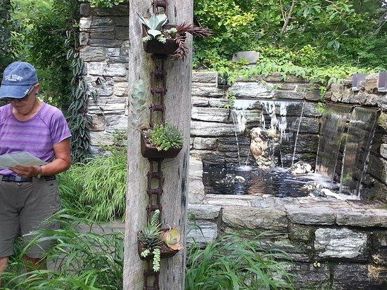 Wayne, Pensilvania: Larger veiw of art installation