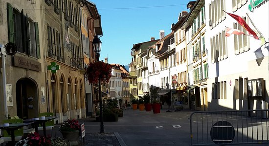 Orbe, Suiza: Street in front of hotel