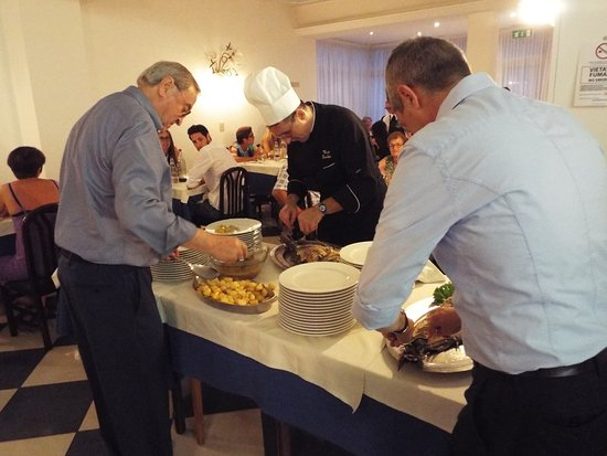 Hotel Athena: Serata di gala, lo Cheff, il Sig Luigi e il Padre mentre spinano il pesce e impiattano.