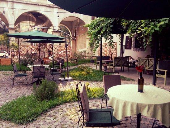 Papavero Restaurant: Garden. Umbrellas.