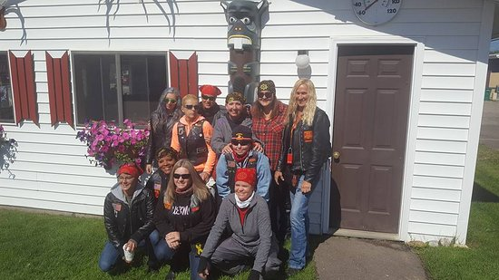 Trail Riders Motel: Some of us ladies with the cool Totem Pole :)