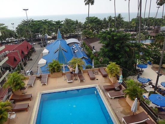 The New Eurostar Jomtien Beach Hotel & Spa: Вид на бассейн, пляж и окрестности - под синей крышей ресторан отеля