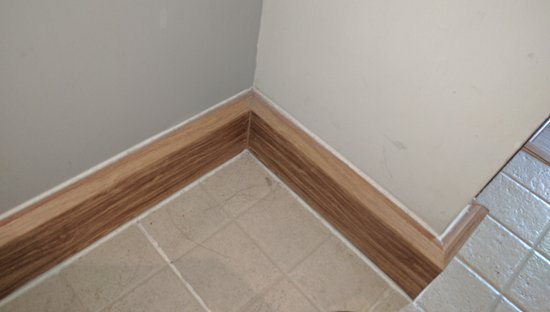 โรงแรมสวัสดี สุขุมวิท ซอย 8: Dirt and hairs behind the door