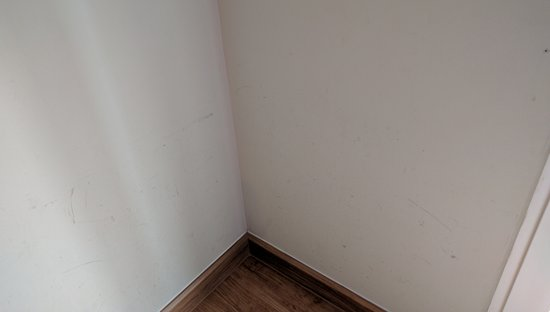 โรงแรมสวัสดี สุขุมวิท ซอย 8: Marks all over the walls