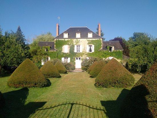 Сен-Аман-Монтрон, Франция: Respirez...le calme La fenêtre ouverte : notre chambre hyper sympa y compris Sdb!