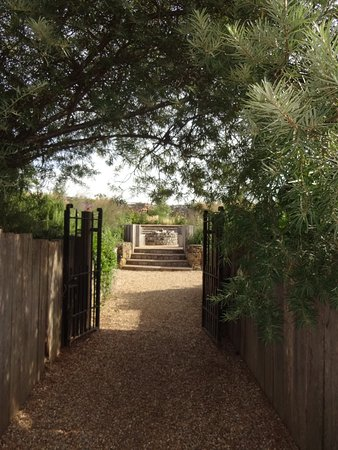Ticehurst, UK: Path up to second part of garden and cabins.