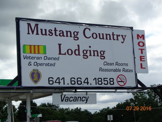 Bloomfield IA Mustang Country Lodging Sign