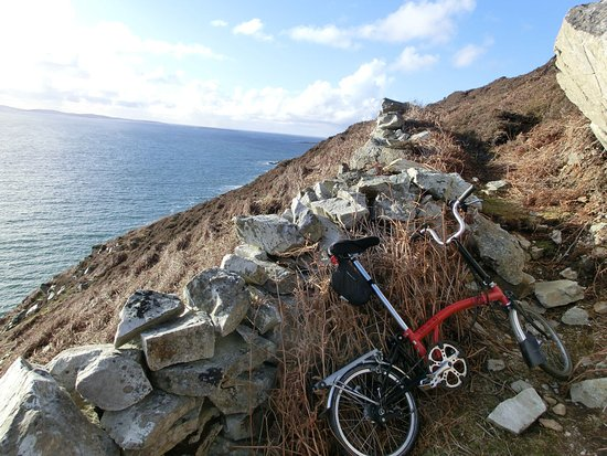 Connemara National Park Hostel: No path for cycling around Tully Mountain