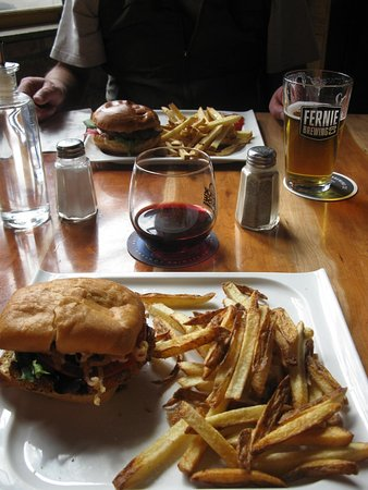 Fernie, Kanada: Crunchy Chicken Sandwich and Brie Burger