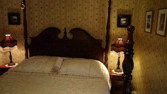 The Historic Elk Mountain Hotel: Comfy bed