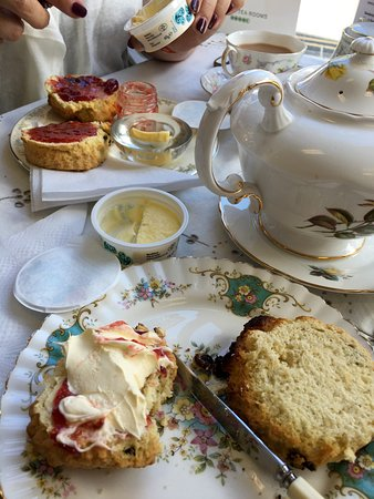 Cinderellas Tea Room and Dress Shop: Lovely cream tea in the afternoon. If you love dogs both these will love you back, if u don't th