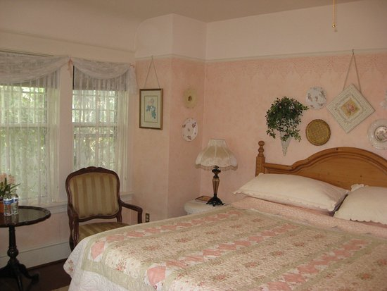 Briar Rose Inn: bedroom with shared bath