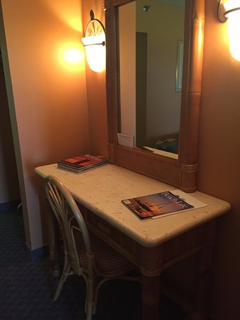 Beacon Motel: Vanity desk area
