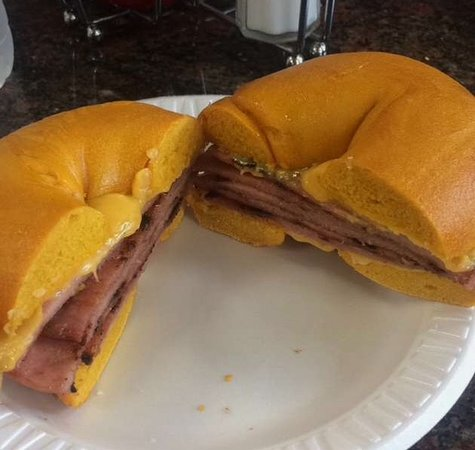 Bloomfield, Nueva Jersey: Taylor Ham and cheese on Egg Bagel