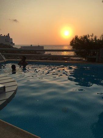 Yperia Hotel: Solnedgång vid poolen