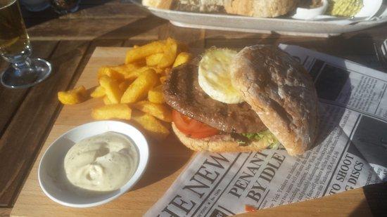 't Boothuis: Hamburger met angus beef, en frietjes gewoon heerlijk.