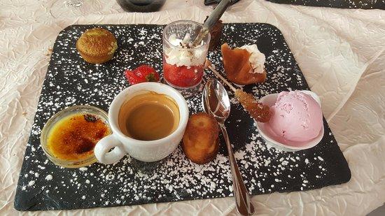 Bort-les-Orgues, Fransa: Crème brulée, cannelé, brownie, muffin pistache, coupelle de fraises, tulipe chantilly, glace fr