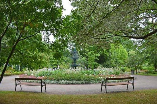 Karlstad, Schweden: Eines der Blumenrondelle des Stadsträdgården, mit Fontäne