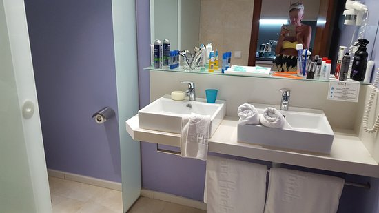 El Pinar Aparthotel : Bathroom with his & hers sinks, including hairdryer