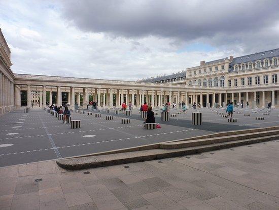 Königlicher Palast: Colonnes de Buren as you enter the Palais Royal area.