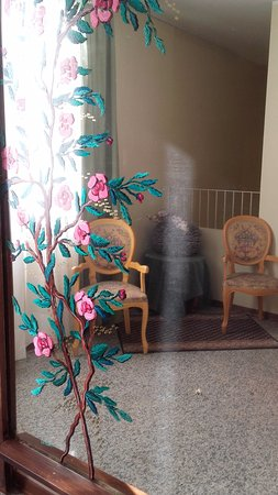 Terme Milano Hotel: Specchio e arredamento datato