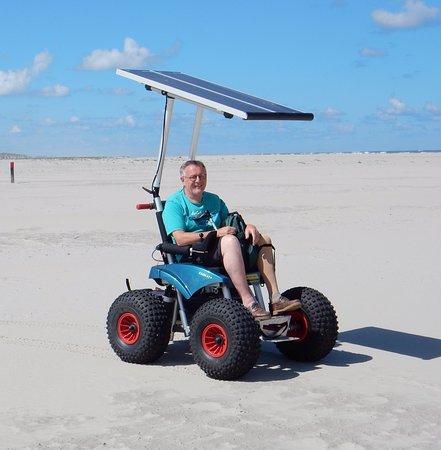 Oosterend, Nederland: Ondanks handicap toch het strand op !
