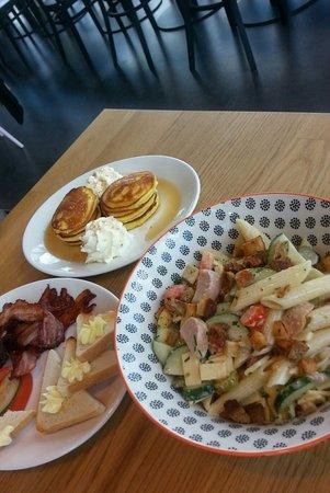 Pasta-Salat, Pancakes mit Ahorn-Sirup, gebratener Speck ... alles frisch zubereitet