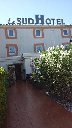 Le Sud Hotel: Entrée de l'hôtel
