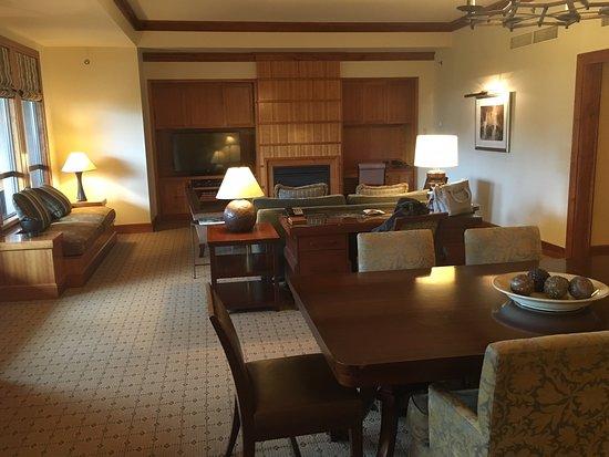 Four Seasons Resort and Residences Whistler: Living & Dining Room