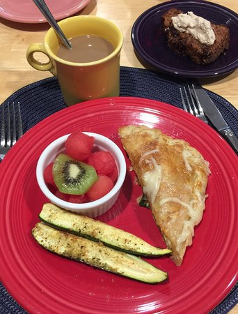 Mountain Meadows Bed & Breakfast : Garden scrambled eggs in puff pastry, fresh fruit and banana bread! Best breakfast!